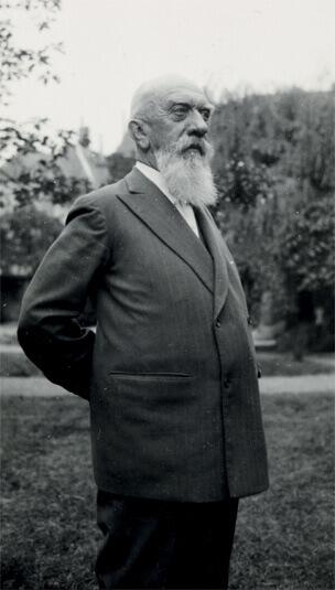 Photo de Léon Losseau dans le jardin de la Maison Losseau