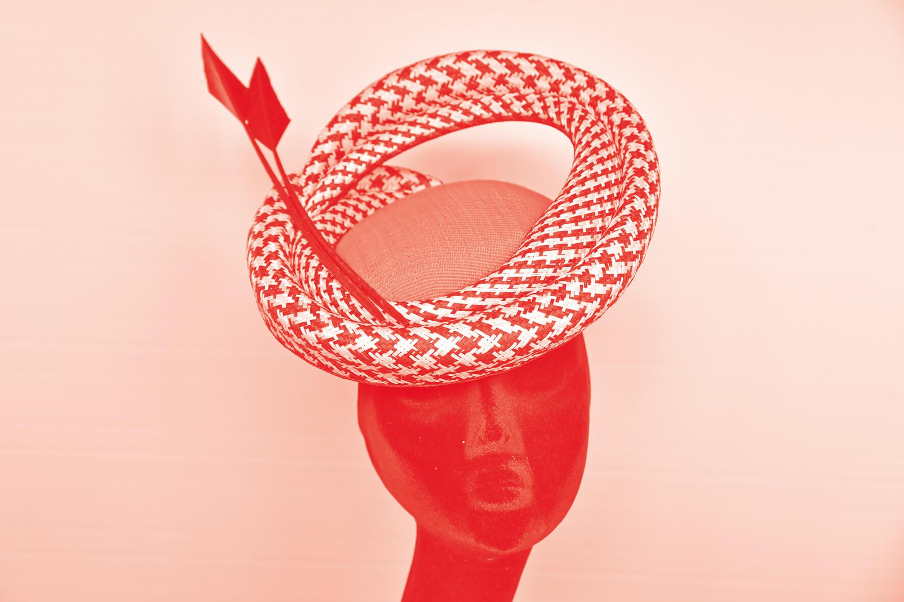 Photo en bichromie d'un chapeau confectionné par Nicole Piette