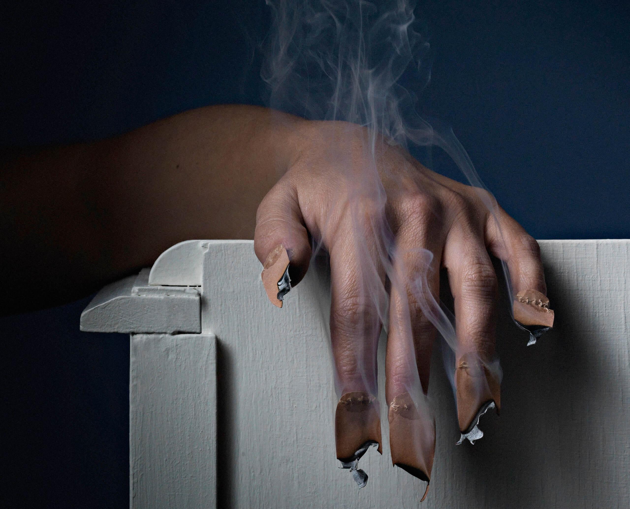 (détail) Sylvie Pichrist. Série, Cérémonie de remise du dé d'or, photographie main et ongles, impression encollée sur aluminium et encadrée, 50x37.5 cm, 2009. Copyright photo: Jonathan Steelandt.